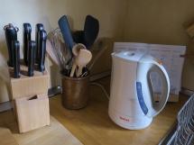 Küchenutensilien und Wasserkocher