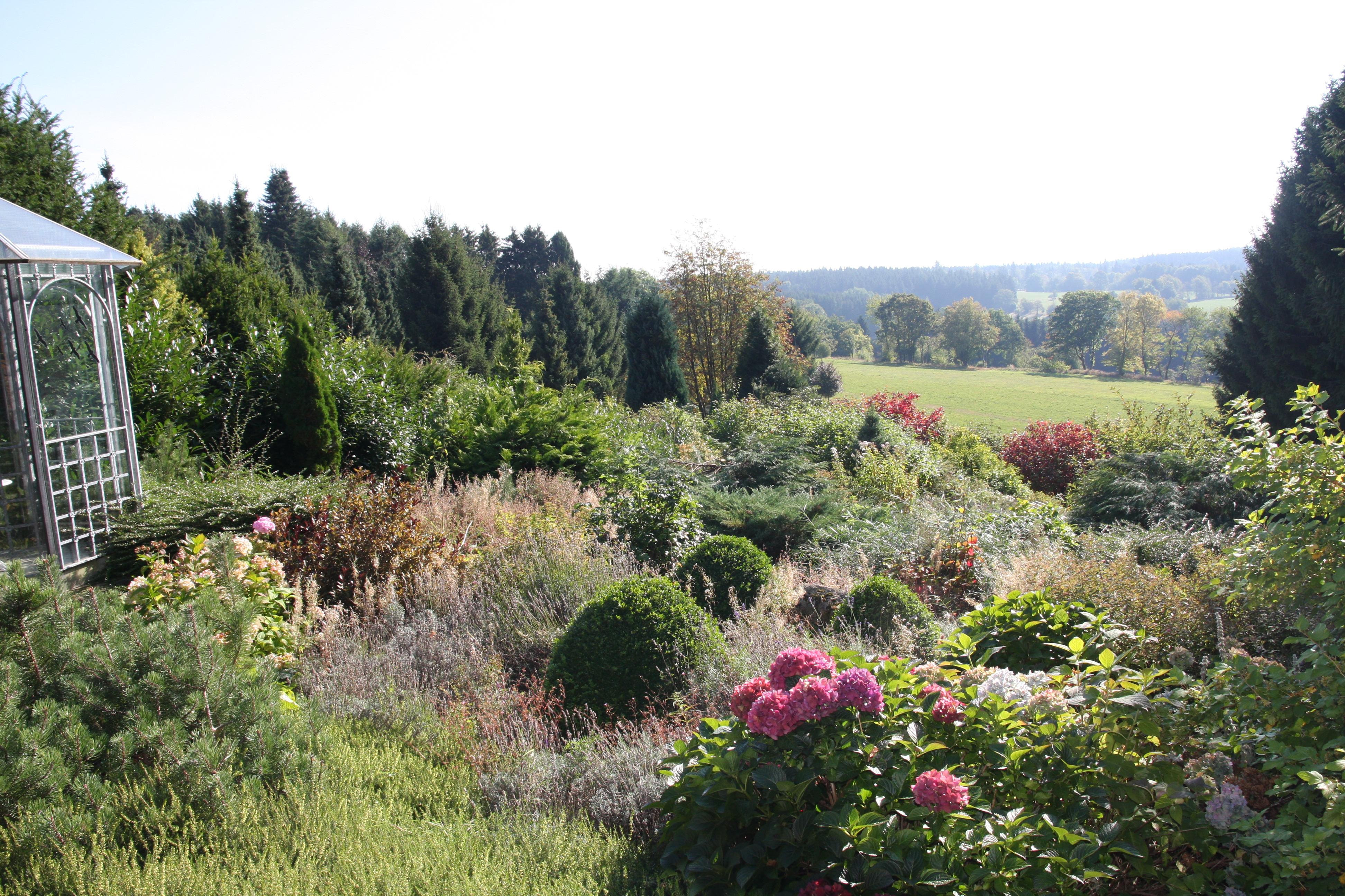 Blick in und über den Garten